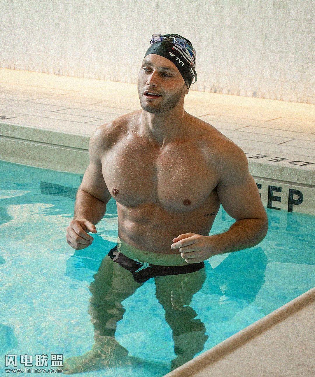 欧美肌肉男泳池三角泳裤激凸丁丁图片